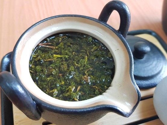 Rinse the tea with hot water, this step can also get rid of impurities